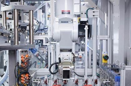 """بالفيديو والصور: """"آبل"""" تستعين بالروبوت لاستخراج مواد قابلة لإعادة التدوير من """"آيفون"""""""