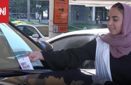 بطاقات من مجهول على سيارات في دبي.. فما محتواها؟