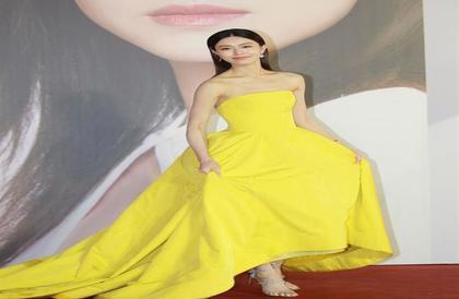الفستان الأصفر لإطلالة صيفية جريئة ومبهجة