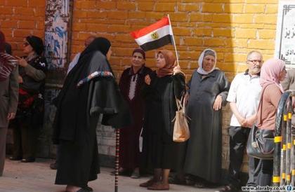 ضعف الإقبال في استفتاء مصر: محاولات لحشد النساء والأقباط في اليوم الأول