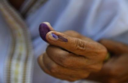 هندي يقطع إصبعه بعد تصويته بالخطأ للحزب الحاكم