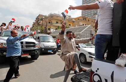 استفتاء تعديلات دستور مصر... مؤيدون يحتفلون أمام اللجان ومعارضون يدونون على الإنترنت