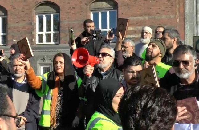 مسلمون مقيمون في الدنمارك يحتجون ضد الإساءة إلى القرآن
