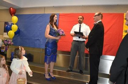 """تزوجا في المطار.. والسبب """"غريب"""""""