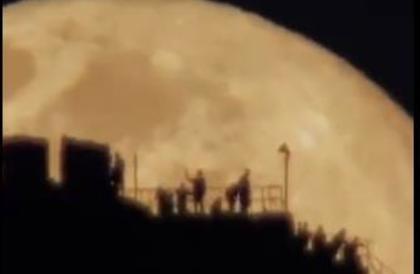 مشهد مهيب لبزوغ القمر من خلف جبل النور بمكة المكرمة