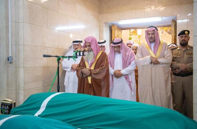 بالصور: أمير المدينة يؤدي صلاة الميت على وزير الإعلام السابق بالمسجد النبوي