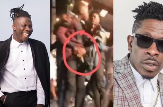 """عراك على المسرح بين مغنِيَين بسبب جائزة """"أفضل فنان"""" في غانا"""