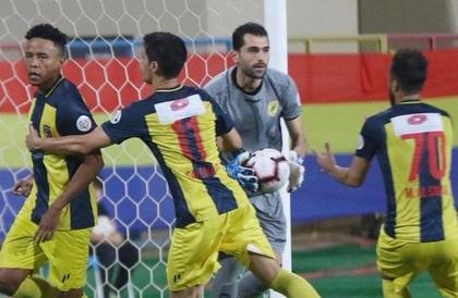 الحزم يهزم الخليج ويقترب من البقاء في الدوري