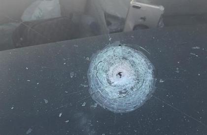 رصاصة طائشة تخترق مركبة مواطن أثناء توقفه في إشارة بالمدينة المنورة