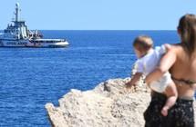رغم موافقة مدريد.. سفينة إنقاذ مهاجرين ترفض التوجه من سواحل إيطاليا إلى ميناء إسباني