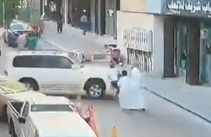 شاهد.. لحظة اقتحام سيارة لمحل ألعاب في جدة.. ونجاة شخص بأعجوبة