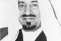 تنازل له أخيه الشقيق الأمير محمد بن عبد العزيز آل سعود عن منصب ولي العهد