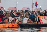 يعتقد الهندوس أن الغطس في مياه النهر يخلصهم من خطاياهم ويساعدهم على تحقيق الخلاص