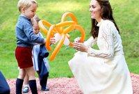 دوقة كامبريدج كيت ميدلتون مع أولادها الأميرة شارلوت والأمير جورج ولويس