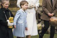 الملكة إليزابيث مع أحفادها الأمير هاري وويليام