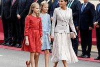 ملكة إسبانيا ليتيزيا برفقة إبنتيها كعادتها بإطلالة أنيقة