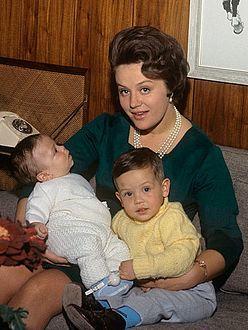 الأميرة منى الحسين زوجة الملك الحسين بن طلال ملك الأردن السابق وأم الملك عبدالله ملك الأردن الحالي