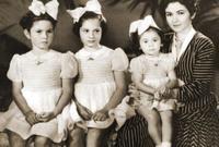 الملكة فريدة زوجة الملك فاروق الأولى وبناتها فادية وفوزية وفريال