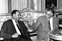 تمتع بكاريزما وشخصية قيادية وقد استلهمها من الرئيس المصري جمال عبد الناصر أنذاك