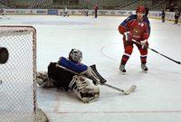 رئيس روسيا وهو يلعب هوكي الجليد