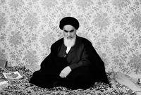 """""""روح الله الخميني"""" الملقب بآية الله العظمى، مؤسس جمهورية إيران الإسلامية، وقائد ثورتها عام 1979، التي أطاحت بالملكية البهلوية ومحمد رضا بهلوي الشاه الأخير لإيران."""