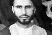 """روح الله بن مصطفى بن أحمد الموسوي الخميني، مواليد 24 سبتمبر 1902 في مدينة """"خمين"""" بإيران، لأب يعد أحد علماء فقه الشيعة، ويعمل في الحوزة العلمية الشيعية."""