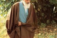 كان الخميني مرجعا دينيا في الشيعة الإثنا عشرية، وهو مجتهد أو فقيه (درجة بمثابة خبير في الشريعة الإسلامية) ومؤلف أكثر من 40 كتابا، ومعروف في المقام الأول لأنشطته السياسية.