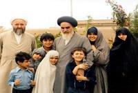 عندما بلغ الخميني عامه الـ27، تزوج من خديجة الثقفي ابنة آية الله محمد الطهراني الثقفي، وأنجبت له 8 أبناء