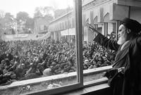 """بعد نجاح الثورة قرر الخميني فرض نظرية """"ولاية الفقيه"""" في الدستور الإيراني، والتي ما تزال تحكم إيران حتى الآن."""