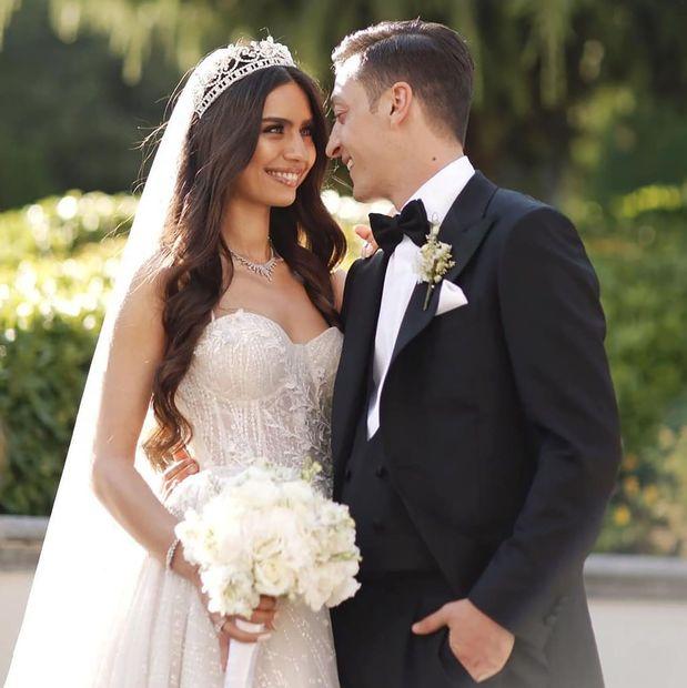 تزوج نجم الكرة الألمانية مسعود أوزيل من ملكة جمال تركيا السابقة والعارضة أمينة غولشي