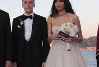بينما ارتدت في المرة الثالثة والذي عُقد به مراسم الزفاف وعقد القران فستان زفاف أبيض وارتدى أوزيل بدلة سوداء