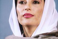 تزوجت عام 1987 من عضو البرلمان آصف علي زارداري وأنجبت منه ثلاثة أبناء