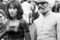 دخلت عالم السياسة للدفاع عن سمعة والدها الذي أعدم بعد انقلاب الجنرال ضياء الحق فأصبحت أصغر رئيسة وزراء في تاريخ باكستان