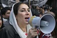 خلال مؤتمر انتخابي عام 2007، قام أحد المسلحين بإطلاق الرصاص عليها، وتم دفنها في 28 ديسمبر 2007 بمدفن العائلة بجوار قبر والدها