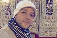 أوضح أن حياته كانت بعيدة كل البعد عن الدين لدرجة أنه لم يكن يحفظ سورة الفاتحة لكن بعد التزامه أصبح يحفظ القرآن ويداوم على الصلاة والتردد على المساجد بصورة مستمرة