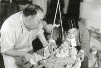 """من عجائب الأقدار، أن أول فيلمٍ شارك فيه كان عمره 3 أشهر، ولعب دور طفل أمريكي في فيلم """"Golden Gate Girl"""" عام 1941، ولأنه كان يبدو مألوفًا أمام الكاميرا، ظهر """"لي"""" في 20 فيلمًا تقريبًا كممثلٍ طفل."""
