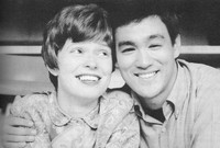 """وتزوج """"لي"""" عام 1964 بفتاة تُدعى """"ليندا إيمري"""" تعرّف عليها في أثناء دراسته، وبعدها بعام أنجبا ابنهما """"براندون"""" الذي سيواجه مصيرًا شبيهًا بمصير أبيه فيما بعد، وفتاة اسمها """"شانون"""" عام 1969."""