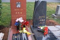 قبر بروس لي وابنه براندون بجواره
