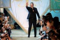 يمتلك إيلي 100 محل للأزياء وتباع تصاميمه في 42 دولة حول العالم، الأمر الذي جعله يجني ثورة تقدر بـ200 مليون دولار