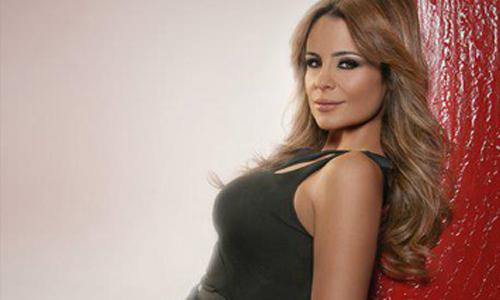 المطربة كارول سماحة ذات الـ 47 عام لبنانية المنشأ وحصلت على الجنسية المصرية وتتحدث 4 لغات (عربي وفرنسي وانجليزي واسباني) وحصلت على الماجيستير في التمثيل والإخراج