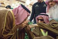 صورة تجمع بين الأمير بندر بن عبد العزيز وبين الملك سلمان ملك السعودية وهو يقبل يده في إحدى المناسبات التي جمعت بينهما