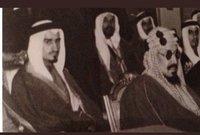 الملك سلمان في صورة نادرة له خلف والده الملك عبد العزيز آل سعود مؤسس المملكة العربية السعودية ويرجع تاريخ الصورة إلى فترة الأربعينيات