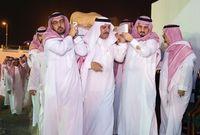 """الأمير """"أحمد بن عبدالعزيز"""" حاملاً الجثمان"""