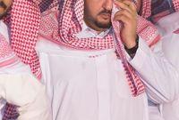 """الأمير """"عبدالعزيز بن فهد بن عبدالعزيز"""" أثناء دفن عمّه """"الأمير بندر"""""""
