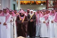 """أداء صلاة الجنازة على الأمير """"بندر بن عبدالعزيز"""" في المسجد الحرام"""