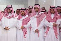 """أبناء الأمير """"بندر بن عبدالعزيز"""" يشاركون في صلاة الجنازة على والدهم"""