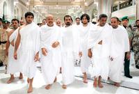 الشيخ محمد بن راشد آل مكتوم حاكم دبي برفقة 2 من أبنائه بينهما ولي عهد دبي الشيخ حمدان الشهير بفزاع