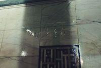 أما عن هذه القطعة الرخامية المميزة، فهي معلقة على الجدار المقابل للمكان الذي صلى فيه الرسول عليه الصلاة والسلام عندما دخل الكعبة المشرفة