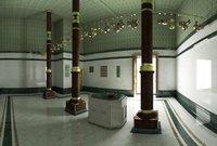 يوجد على يمين مبنى الكعبة المشرفة من الداخل بناء الدرج المؤدي للسطح وهو عبارة عن بناء على شكل غرفة مغلقة بدون نوافذ مغطاة بستائر حريرية منقوشة بالذهب والفضة