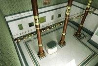 تبلغ المساحة الداخلية للكعبة المشرفة 180 متر مربع، تحتوي من الداخل على أعمدة خشبية مصنوعة من أقوى الأخشاب في العالم ويبلغ عمرها أكثر من 1350 عامًا حيث وضعها الصحابي عبدالله بن الزبير لرفع سقف الكعبة